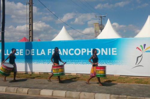 Article : #Photo – Un cortège de batuqueiras passe devant le village de la Francophonie