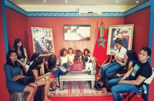 Article : En prélude au sommet de l'OIF, de jeunes malgaches tuent le temps au pavillon Marocain