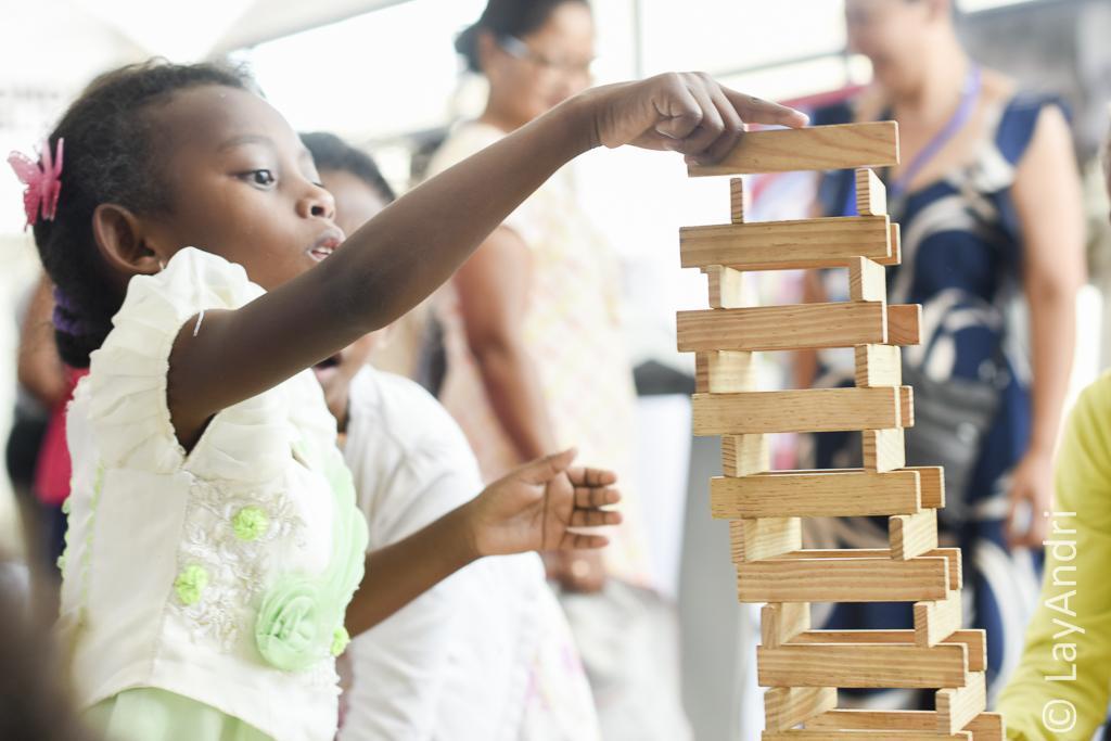 Enfant faisant un jeu de construction au village de la Francophonie 2016