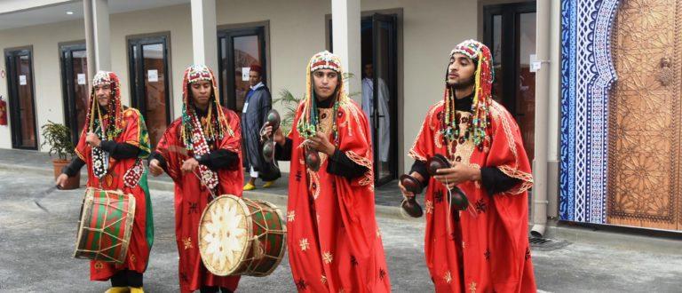 Article : #Photo – Des danseurs traditionnels devant le pavillon du Maroc