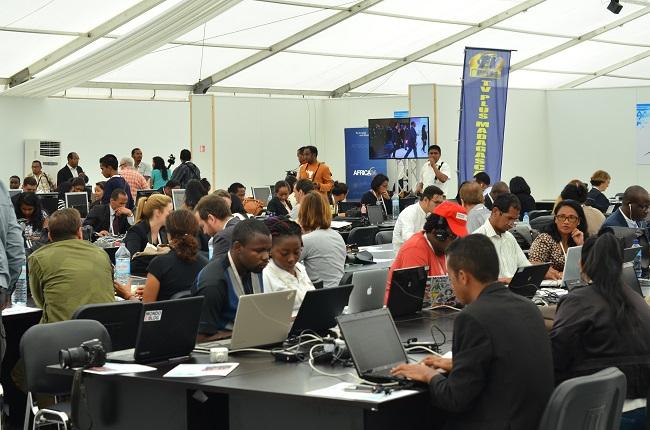 Les journalistes en salle de presse pour suivre le sommet de l'OFI
